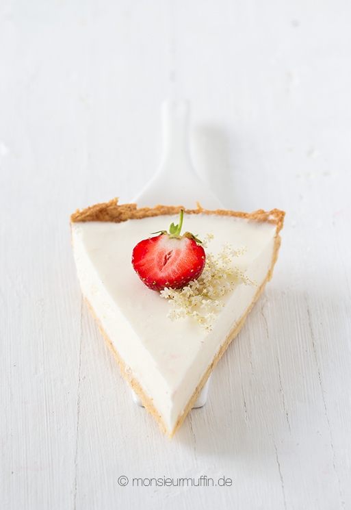 Buttermilchtarte mit Zitrone, Holunderbütensirup und Erdbeeren Rezept | Bottermilk tarte with elderberry, citron and strawberries | © monsieurmuffin