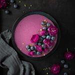 No-Bake Blaubeer-Cheesecake mit feiner Buttermilchcreme. Die perfekte Erfrischung – nicht nur an heißen Tagen!